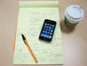 坂本さんの愛用品「RHODIAの筆記用具とiPhone、スタバの坂本ブレンド」